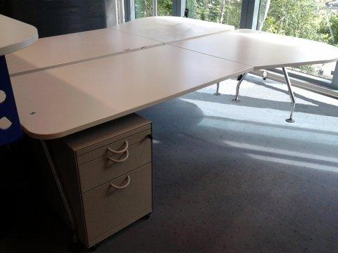 grauer Freiformtisch von Vitra