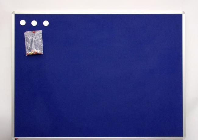 Pinnwand mit blauem Filz und Alurahmen