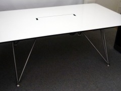Konferenztisch in weiß von System 180