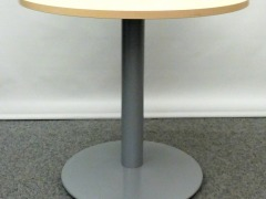 runder Konferenztisch in Ahorn